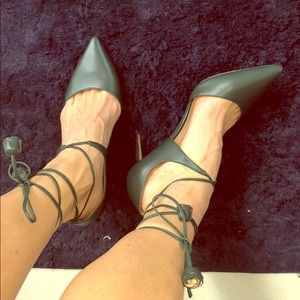 NWT Coach sz 9 dark green leather heels with ties.